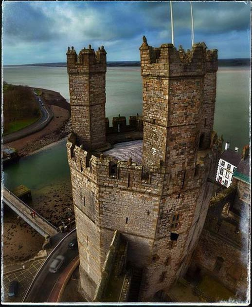 Izquierda: La historia del castillo de Caernarfon ofrece una visión del turbulento pasado de Gales. (Saolcha / CC BY-SA 3.0). Derecha: el castillo de Caernarfon cayó en mal estado hasta la década de 1870, cuando se proporcionaron fondos para reparar el castillo. (Biblioteca Nacional de Gales / CC0)