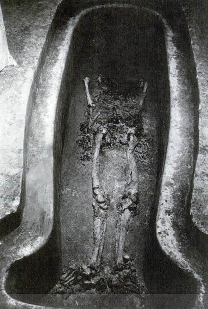 Fotografía de los restos de Pakal en su tumba, en ángulo de tal manera que el cráneo queda completamente oculto. La imagen fue publicada en Tiesler y Cucina. (Autor proporcionado)