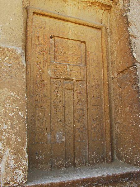 Puerta falsa con una ilustración del propietario de la tumba sentado frente a una mesa de ofrendas (sección rectangular en la mitad superior de la puerta)