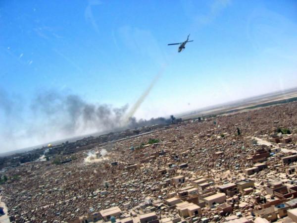 Un H-1 W Super Cobra ataca una posición de mortero enemiga en el cementerio de Wadi Al-Salam