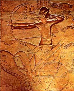 Ramses II en la batalla de Kadesh montado en un carro de guerra (bajorrelieve de Abu Simbel). Public Domain