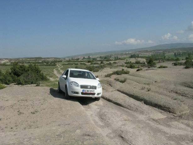 Los rastros dejados por misteriosos vehículos prehistóricos tal como los encontramos en el valle de Frigia, en Turquía. Aquí podemos compararlos con un automóvil moderno para hacernos una idea de la escala. Foto: Alexander Koltypin, Dopotopa.com