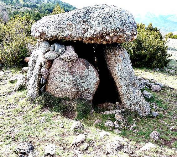 """Arquitectura del Neolítico en Cataluña: Dolmen conocido como """"La casa encantada"""", situado en el municipio de Senterada, en la provincia de Lérida. (Wikimedia Commons)"""