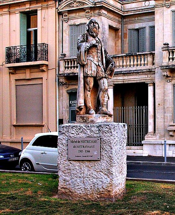 Estatua de Nostradamus en la ciudad francesa de Salon-de-Provence. (BlueBreezeWiki/CC BY-SA 3.0)