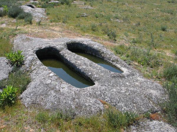 Tumbas-Roca-Fornos-de-Algodres-Portugal-Mouras.jpg