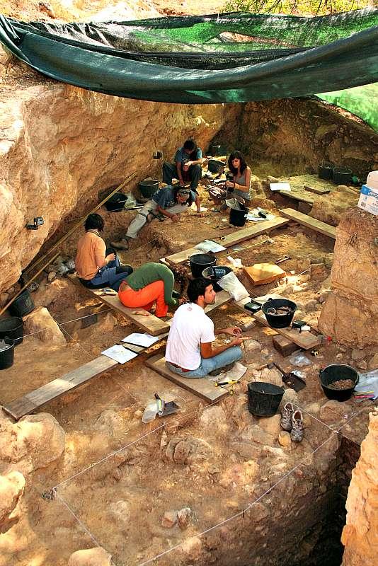 Excavaciones en el yacimiento del Abrigo de Navalmaíllo correspondientes a la campaña del año 2009. (Flickr)