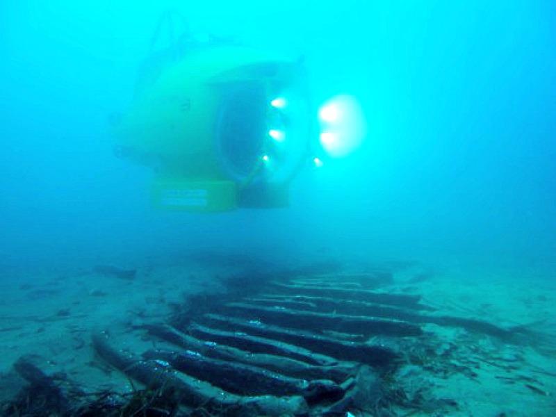 El submarino Ictineu 3, junto a los restos del Cala Cativa I. (Fotografía: Espejo de Navegantes/ABC)