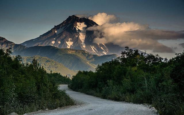 El volcán Vilyuchinsky visto desde Paratunka, Kamchatka, Rusia