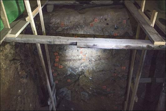 Pared de piedra en la que se pueden observar los 22 estratos de la cueva de Denisova