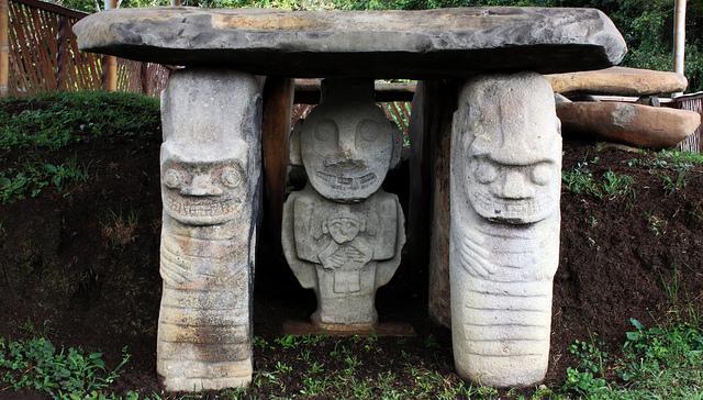 humanoides-piedra-manos-ombligo-san-agustin-colombia.jpg