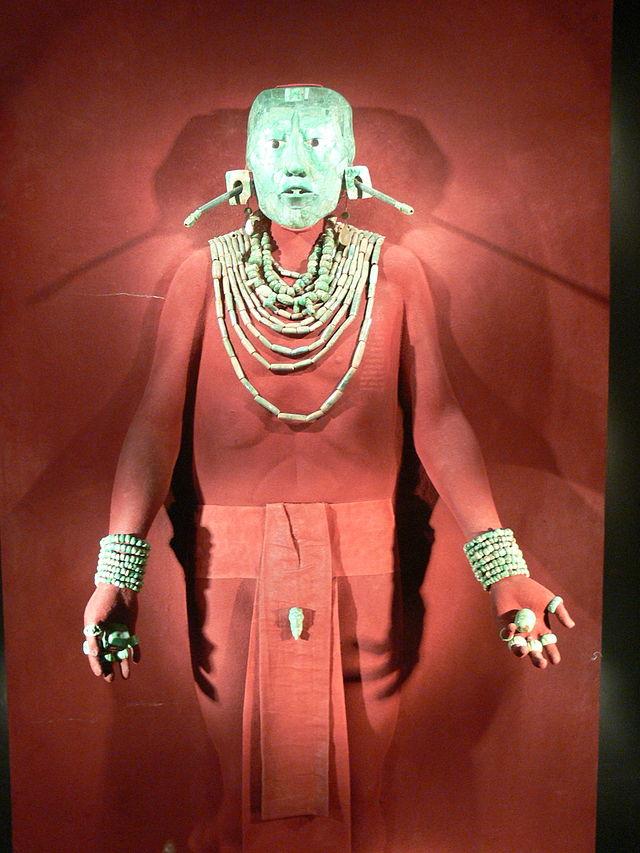 """La máscara de jade y el resto de ornamentos del Rey K'inich Janaab' Pakal, """"Gran Pakal"""" descubiertos en Palenque. WikiCommons"""