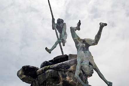 Escultura de Bentejuí y Tazarte, aborígenes canarios, saltando del roque de Ansite, isla de Gran Canaria. (Wikimedia Commons)