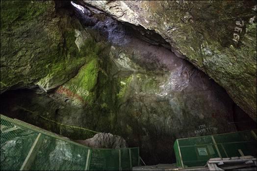 La línea verde marca el nivel al que llegaban los sedimentos antes de la excavación