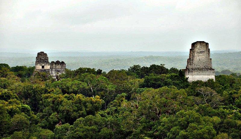 """Según los mitos ancestrales tibetanos, las pirámides de Centroamérica y Sudamérica (en la imagen, Tikal, en Guatemala) estarían asentadas sobre redes inmensas de túneles subterráneos, comunicando las antiguas ciudades del Imperio de """"El Dorado"""" con el Imperio interior de la Tierra, al que ellos denominan AGARTHA o AGARTHI. (Wikimedia Commons)"""