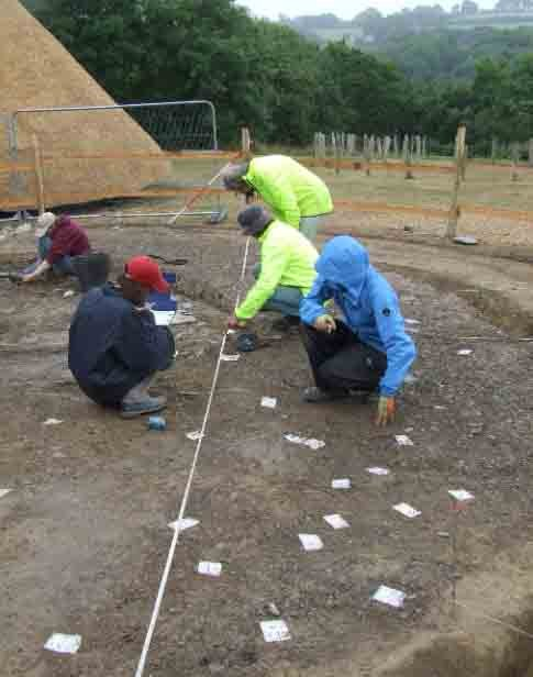 Las excavaciones en el sitio revelan reliquias recientes de la Edad del Plástico. (H. Mytum / Antiquity Publications Ltd)