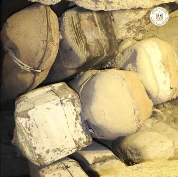 Pilas de ataúdes sellados encontrados en el complejo funerario. Ministerio de Turismo y Antigüedades