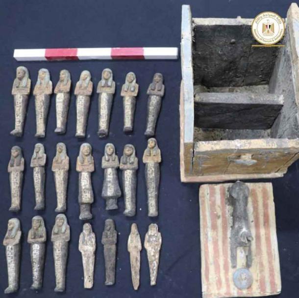 Estatuillas de Ushabti y la caja de madera en la que se encontraron. Crédito: Ministerio de Turismo y Antigüedades