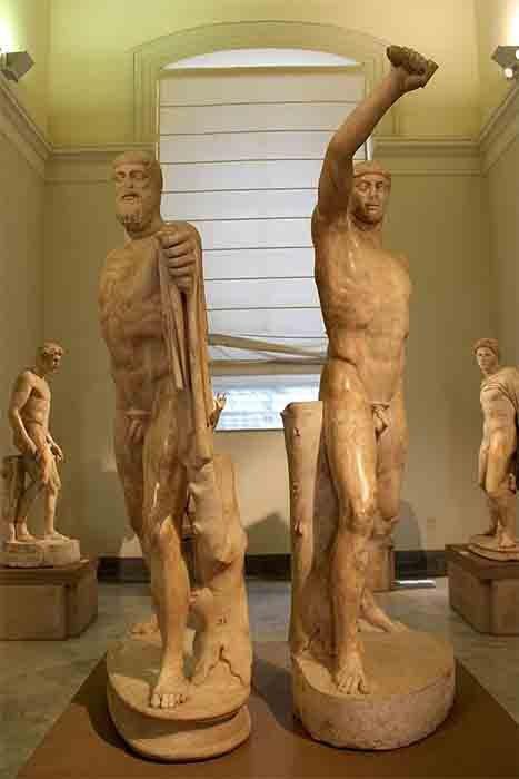 Después de la muerte de Peisistratus, sus hijos, Hippias e Hipparchus, trabajaron juntos y luego lucharon entre sí para ser el próximo Tirano de Atenas. Los dos eran tan famosos que se convirtieron en los personajes de ficción Harmodius y Aristogeiton, que se hicieron conocidos como los famosos Tiranicidas de Grecia. ¡Y fueron los primeros mortales tallados en piedra con fondos estatales! (Miguel Hermoso Cuesta / CC BY-SA 3.0)