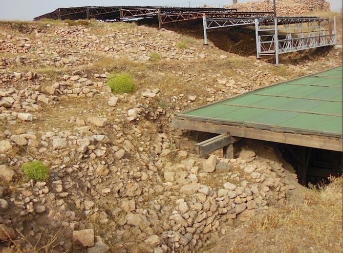 Fig. 12: Material de relleno compactado detrás del Recinto D de Göbekli Tepe. Imagen: Andrew Collins.