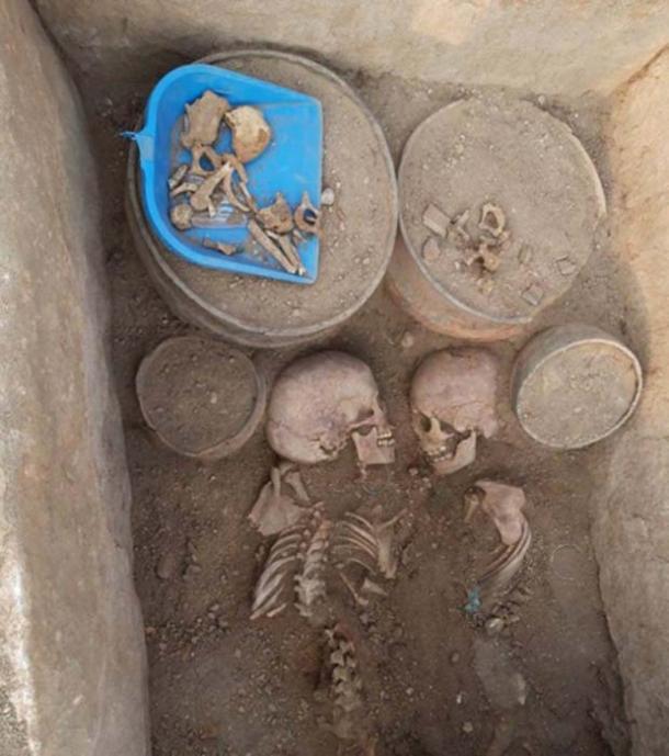Dentro de la tumba, los excavadores encontraron los esqueletos de dos adolescentes, un hombre y una mujer. (Noticias Tengri)