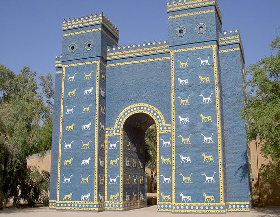 Réplica de la Puerta de Ishtar en el emplazamiento de la antigua Babilonia, Iraq (Antonio TwizShiz Edward/Flickr)