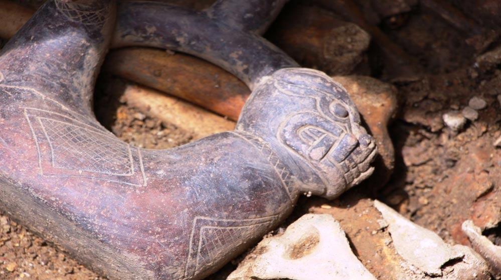 Primer plano de la cabeza de jaguar de la botella de cerámica negra descubierta en la tumba doble de Pacopampa, en Perú. (Wilfredo Sandoval/El Comercio)