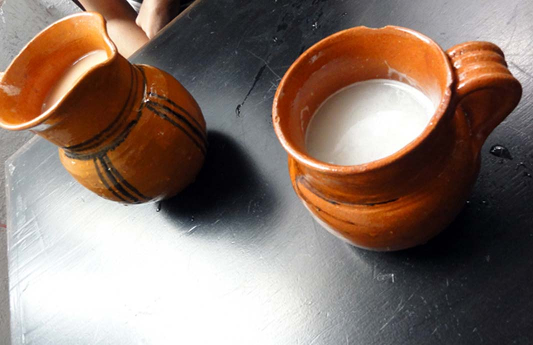 Jarras de cerámica con pulque (Omar Barcena / flickr)