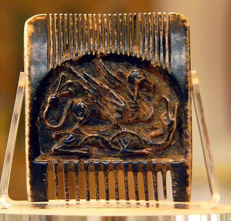 El Peine de Jedburgh, descubierto en la Abadía de Jedburgh. Este peine fue labrado en marfil de morsa, y la cara que observamos aquí está decorada con un grifo y un dragón. Solo mide unos 5 cm de ancho por 4,34 cm de largo, y está hecho a partir de una sola pieza de marfil de morsa. (CC BY-SA 2.0)