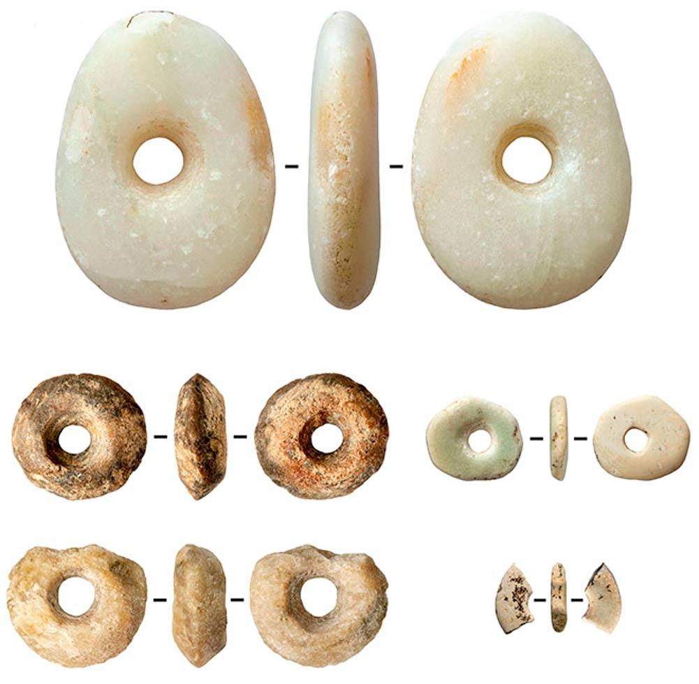 Abalorios de marfil y talco (esteatita) y piedra de mármol con restos de ocre. (SBRAS Instituto de Arqueología y Etnografía)