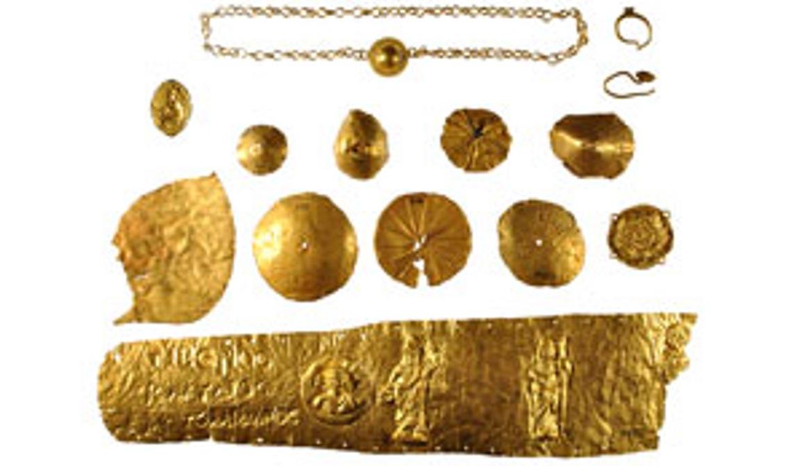 Naukratis siguió siendo importante durante la época romana. Aquí vemos joyas romanas de oro halladas en Naukratis, entre ellas una gran diadema de oro con una inscripción en la que aparece el nombre de Tiberio Claudio Artemidoro (Fotografía: Museo Británico)