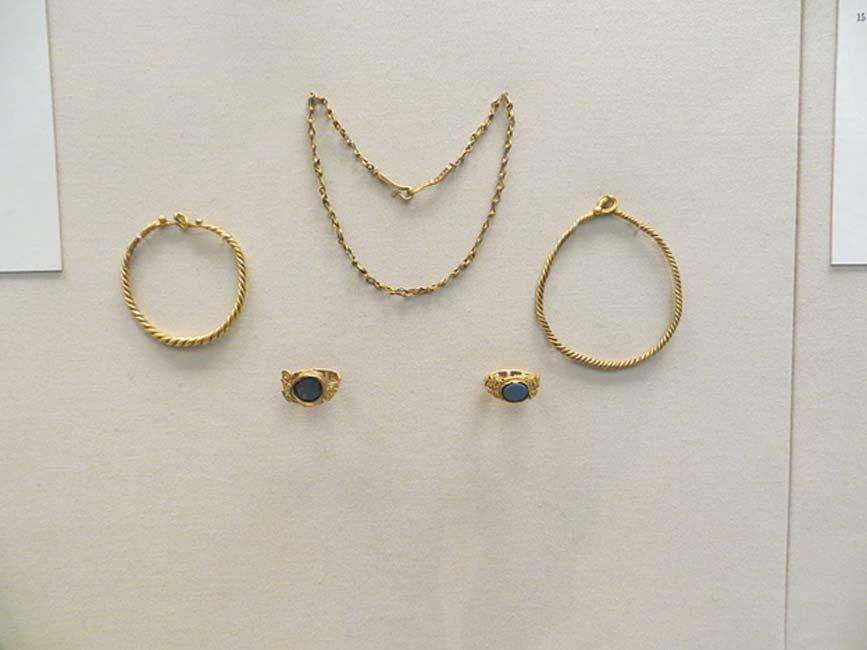 Joyas de oro de la época romana depositadas en el túmulo de Newgrange (Museo Británico). (CC BY-SA 3.0)