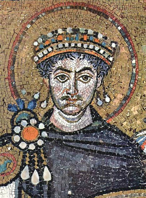 Justiniano I viste púrpura de Tiro en la basílica de San Vitale, Rávena. (Dominio público)