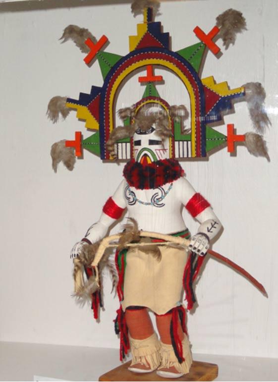 Una bella figura Kachina expuesta en el Museo Danforth. La palabra Kachina puede referirse a seres espirituales antropomorfos, danzantes enmascarados que los personifican o muñecos que les representan. Los indios Pueblo aún invocan a estos seres, como hacían sus ancestros desde mucho tiempo antes de que los españoles llegaran a sus tierras en 1540 e intentaran erradicar su cultura. (Foto: Daderot/Wikimedia Commons)