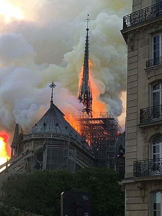 La aguja de madera justo antes de su colapso en el incendio de la catedral de Notre Dame. (Antoninnnnn / CC BY-SA 4.0)