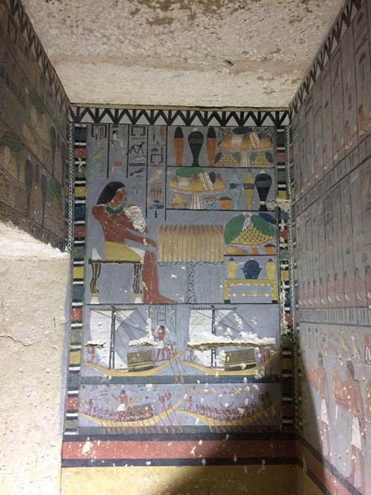 La pared norte de la antecámara decorada muestra a Khuwy sentado en una mesa de ofrendas. (Mohamed Megahed)