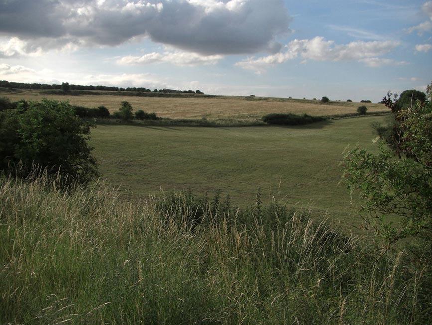 El frondoso paisaje del monumento prehistórico de Durrington Walls. (Public Domain)