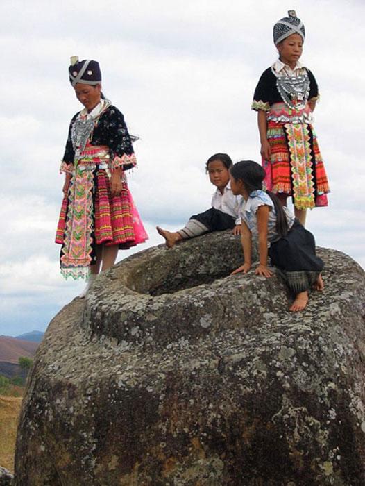 Laos Plain de Jars con niñas hmong (Wikimedia Commons)