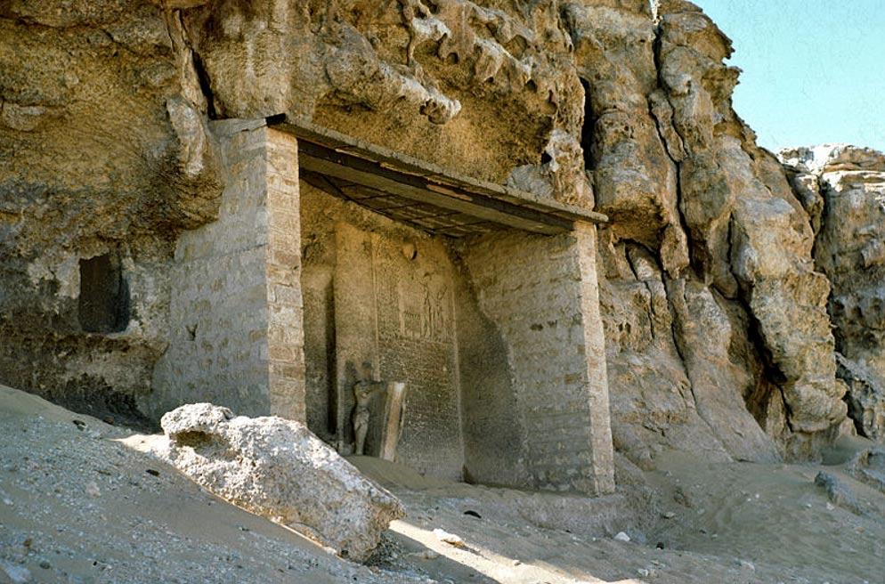 Estela bajo un dintel en Amarna (Foto: Orell Witthuhn/Wikimedia Commons)