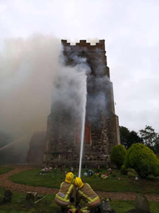 Norfolk Fire and Rescue Service luchando contra el fuego en la iglesia medieval. (Norfolk Fire & Rescue Service / Facebook)