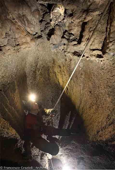 La arqueóloga Lucia Castagna recuperó la antigua cabeza cortada dentro de la cueva de Marcel Loubans en Italia. (Belcastro et al. - PLOS ONE / CC-BY 4.0)