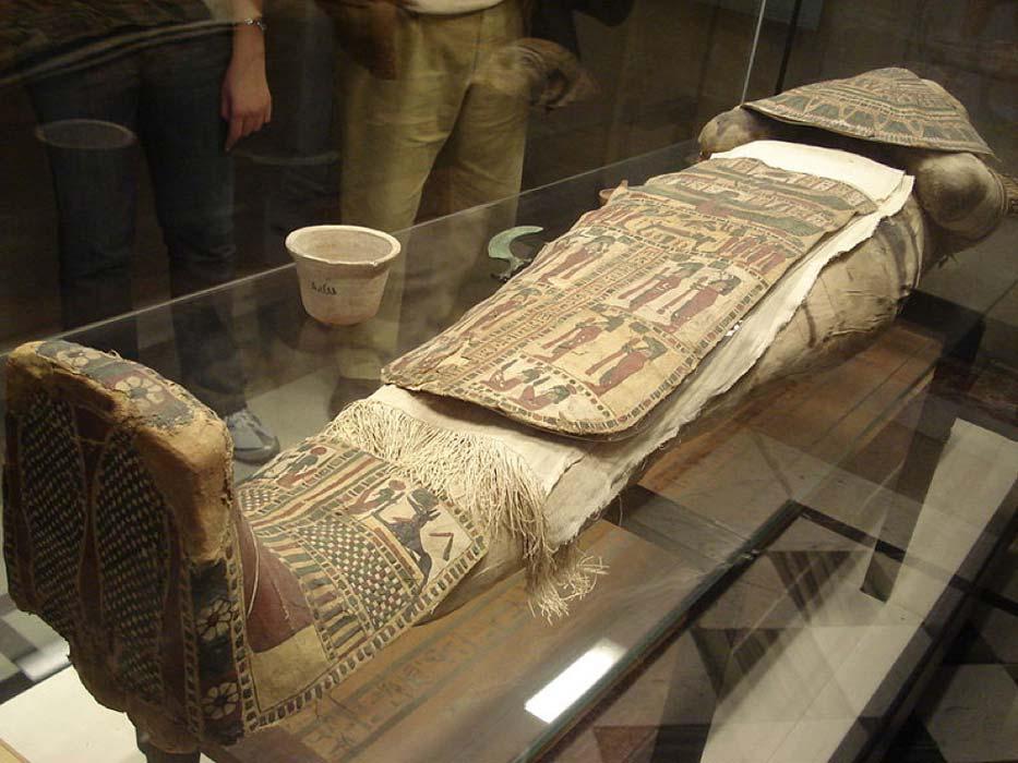 La máscara funeraria y el mandil están decorados con imágenes y diseños simbólicos. (CC BY-SA 3.0)