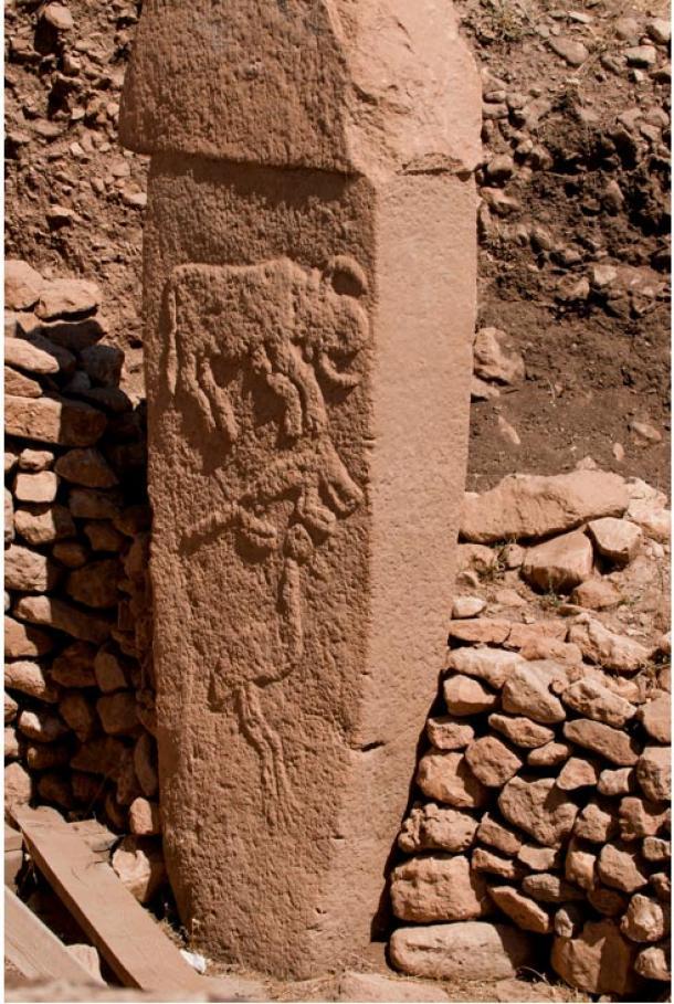 Bisonte, zorro y grulla grabados sobre un megalito de Göbekli Tepe en Turquía (Foto: Teomancimit/Wikimedia Commons)