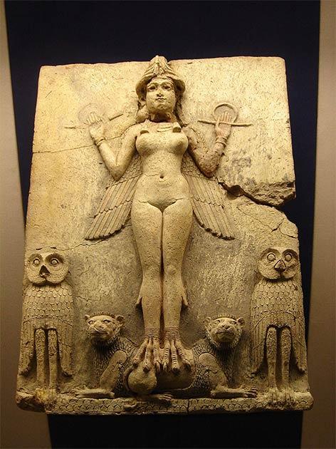 """Relieve de la Reina de la Noche que muestra solo uno de los """"fantasmas"""" que custodiaban a los dormidos y vivos en la antigua Mesopotamia. (Dominio público)"""