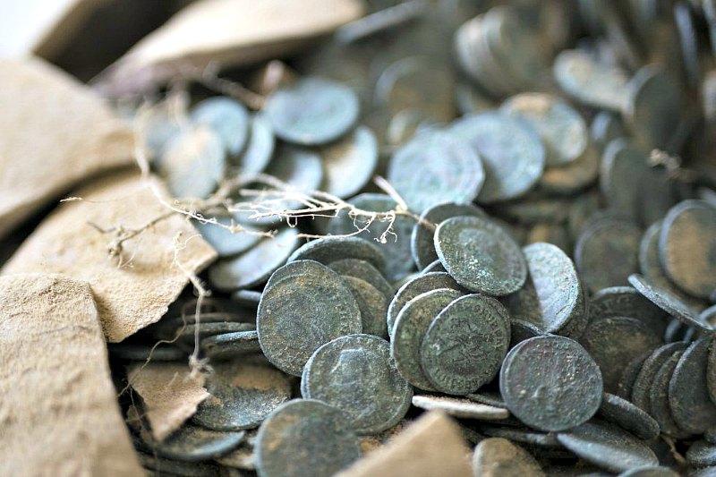 El Estado imperial era quien controlaba la acuñación de monedas, de modo que según los expertos tienen que estar vinculadas a algún tipo de funcionariado relacionado con los poderes municipales del Imperio en el Bajo Guadalquivir. (Fotografía: El País/Paco Puentes)