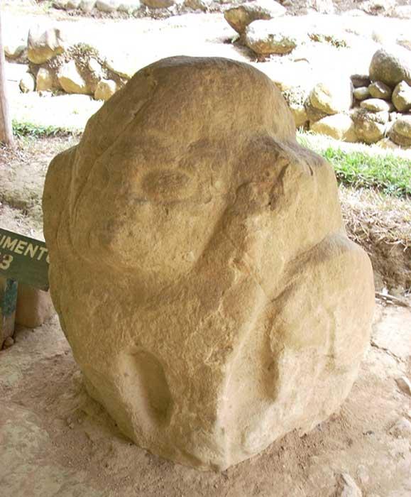 Monumento 93 Takalik Abaj, una cabeza colosal de estilo barriga con una cara hinchada que sugiere un cadáver hinchado. (CC BY-SA 3.0)