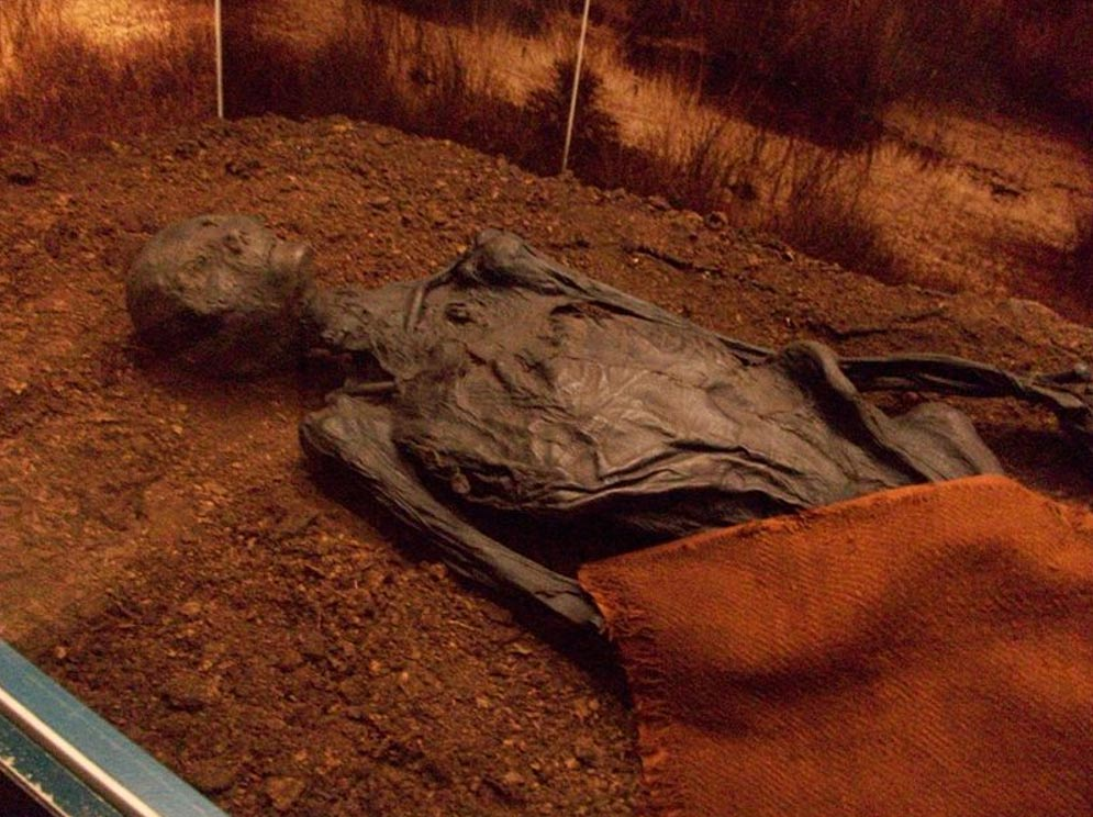 El Hombre de Rendswühren (Alemania), momificado de forma natural al encontrarse su cadáver en un pantano. Está datado en la época romana, siglos I o II d. C. (CC BY-SA 3.0)