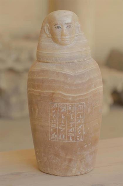 Uno de los misteriosos frascos canopic que contienen un órgano no identificado. Crédito: Ministerio de Turismo y Antigüedades.