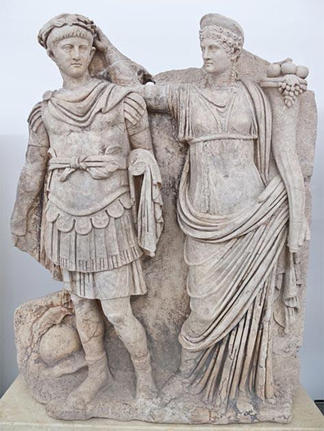 Nero y Agripina. Agripina corona a su joven hijo Nerón con una corona de laurel. Ella lleva una cornucopia, símbolo de fortuna y abundancia, y él usa la armadura y la capa de un comandante romano, con un casco en el suelo a sus pies. La escena se refiere a la adhesión de Nerón como emperador en el 54 DC y pertenece antes del 59 DC cuando Nerón asesinó a Agripina. Museo en Afrodisias, en la actual Turquía. (Carlos Delgado / CC BY SA 3.0)