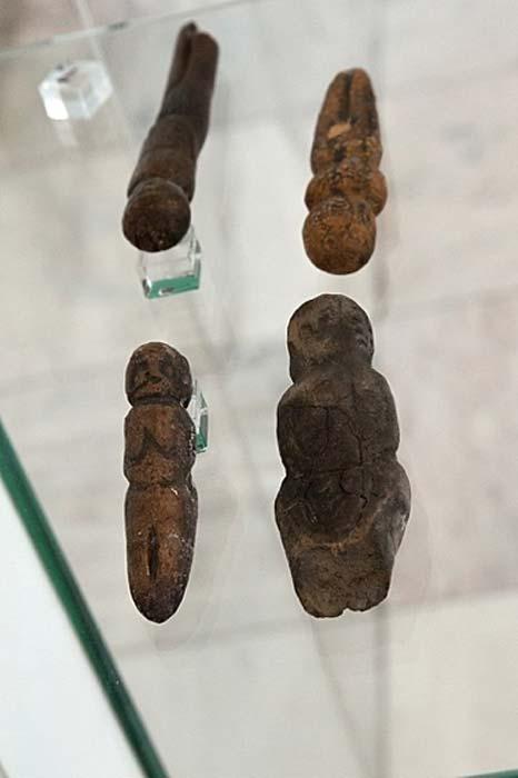 Objetos de arte hechos de marfil de mamut del sitio Mal'ta de 24,000 años de antigüedad en el centro sur de Siberia.
