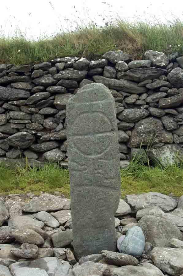 Ogham escribiendo sobre una antigua cruz celta, Gallarus, Irlanda. (nyiragongo / Adobe Stock)